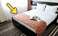 Đi khách sạn bao lâu nhưng tại sao ở đâu cũng trải 1 chiếc khăn ngang giường? Lý do là vì...