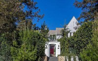 Căn nhà được xây giữa vườn cây xanh mát được mô tả như một