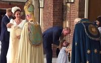 Công chúa Charlotte gây sốt khi nghiêm mặt