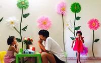 """Mẹ đơn thân mê phượt tỉ mẩn trang trí căn phòng với những bông hoa """"khổng lồ"""" tặng con gái"""