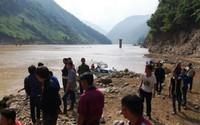 Vụ lật thuyền gỗ tự chế chở 10 người trên sông Đà: Các nạn nhân đều là họ hàng