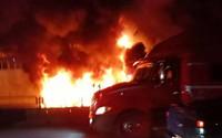 Xe container đang chạy bỗng phát nổ rồi bốc cháy dữ dội, tài xế đạp cửa thoát thân