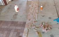 """2 cô gái cắt dát giường gỗ thành từng miếng để """"lát sàn nhà"""", nghe thấy lạ mà rồi ai cũng phải phục sát đất vì độ sáng tạo"""