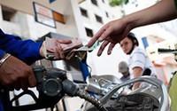 Giá xăng tăng liên tục: Áp thuế kịch trần, nguy cơ khó lường
