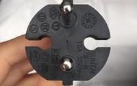 Bạn có biết hai cái rãnh kỳ lạ trên phích cắm điện có tác dụng gì không?
