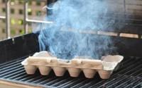Nhà nhiều muỗi, chỉ cần đốt khay các- tông đựng trứng lên, bạn sẽ thấy hiệu quả không ngờ