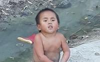 Câu chuyện bất ngờ phía sau clip bé 6 tuổi nặng 10kg không mặc quần áo ngồi lề đường