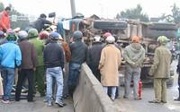 Hàng chục người khoan cắt cabin xe tải đưa 3 nạn nhân đi cấp cứu