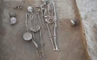 Bí ẩn cặp đôi cổ đại nằm trong tư thế thân mật suốt 4.500 năm