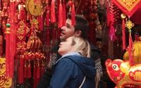 Du khách nước ngoài thích thú chiêm ngưỡng đường phố Hà Nội nhuộm đỏ ngày giáp Tết