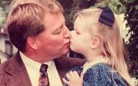 Cha già ngồi xe lăn nhảy cùng con gái trong lễ cưới gây xúc động mạnh