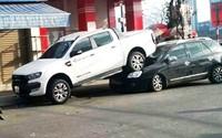 Ô tô bán tải lùi tông liên hoàn, 'cưỡi' lên đầu xe 7 chỗ