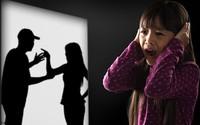 Bé gái 13 tuổi cắn ngón tay đến chảy máu vì ký ức đáng sợ về bố mẹ