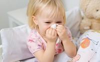 Bé 2 tuổi suýt mù mắt vì biến chứng của viêm xoang, cảnh báo những dấu hiệu quan trọng không nên bỏ qua