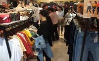 """""""Hè sớm"""" các shop thời trang đua nhau treo biển giảm giá"""