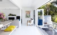Ngôi nhà trắng bên bờ biển xanh ngắt được điểm xuyết bằng những gam màu nhiệt đới khiến ai thấy cũng mê mệt