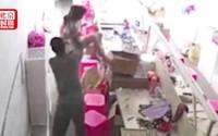 Chồng uống rượu say bạo hành vợ, ném con gái xuống đất
