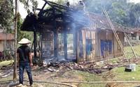 Bất cẩn trong lúc nấu ăn, căn nhà gỗ 3 gian bốc cháy dữ dội, cụ bà may mắn thoát chết