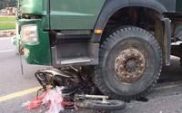 Người phụ nữ chạy xe máy tử vong thương tâm dưới bánh xe tải