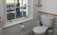 Mua nhà đắt tiền nhưng gia chủ không dám đi toilet