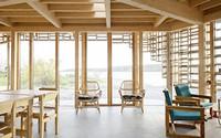 Ngôi nhà nhìn ra bờ biển được bọc bởi khung gỗ và kính