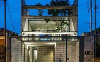 Ngôi nhà xây trên mảnh đất hẹp và dài nhưng sáng thoáng và tràn ngập cây xanh