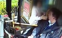 Vì vài đồng bạc lẻ, người phụ nữ cãi nhau rồi tát tài xế xe buýt và cái giá phải trả vô cùng xứng đáng