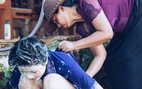H'Hen Niê được mẹ tắm gội khi về thăm nhà