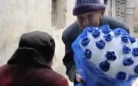 Cụ ông lập cập ôm bó hồng xanh đến tặng vợ nhân lễ tình nhân