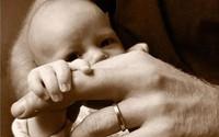 Nhà Harry - Meghan chia sẻ ảnh mới của con trai nhân Ngày của Bố