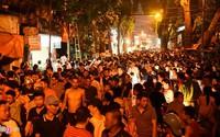 Hàng trăm người dân theo dõi cảnh sát giải cứu con tin ở tiệm cầm đồ