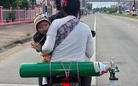 Em bé thở bình oxy, ngồi xe máy 1.800 km mỗi tháng để được sống