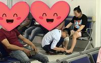 Dẫn vợ đi khám còn tranh thủ cắt móng chân cho vợ, chồng khiến người khen ngợi hết nấc, người bĩu môi bảo ''làm màu'