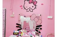 Cặp vợ chồng trung niên chơi trội khi cải tạo lại ngôi nhà cũ nát thành ngôi nhà Hello Kitty sến rện