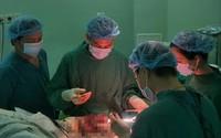 Sản phụ vỡ ối không đến bệnh viện, chùm dây rốn rơi ra ngoài