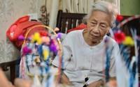 """""""Ngây ngất"""" dàn thiên nga bông giữa phố Cổ của cụ bà 91 tuổi"""