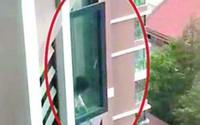 Bé gái 6 tuổi leo ra cửa sổ tầng 18 tìm mẹ