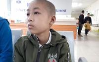 Sự sống mong manh của cậu bé không chỉ mắc u não còn bị di chứng bỏng nặng