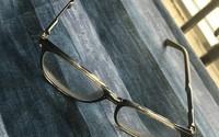 Đeo kính cận bấy lâu nhưng bạn có biết dòng chữ ghi bên trong gọng có ý nghĩa gì không?