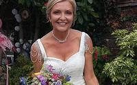 Cô dâu 57 tuổi mặc váy cưới cả tháng để không phí tiền