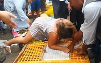 Nữ du khách bị chỉ trích vì cắn tay và mắng chửi người bán hàng ở chợ, nằng nặc đòi thả tự do cho gà