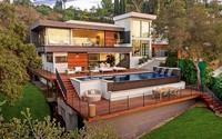 Ngôi nhà hiện đại được kiến trúc sư sử dụng tông màu đất khắp mọi nơi từ đá lát vách ngăn, bàn ăn, lan can và cầu thang