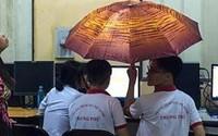 Trần nhà bị dột, hai nam sinh mang luôn ô vào phòng ngồi học ung dung