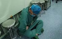 Bác sĩ ngồi bệt vì đau sau ca mổ dài 16 tiếng