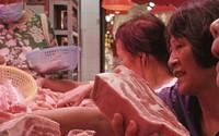 Người Trung Quốc được phát phiếu mua thịt lợn như thời bao cấp