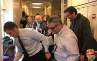 Chuột rơi xuống từ trần Nhà Trắng, trúng đùi phóng viên