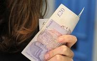 Chỉ 37% người Anh sẵn sàng trả nợ thay cho bạn đời