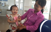 Bé gái 16 tháng tuổi bị ngã vào nồi canh bỏng nặng không thể ngồi giờ ra sao?