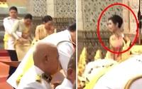 Hoàng tử Thái Lan có hành động kỳ quặc với chị gái ruột trong lễ tưởng niệm cố Quốc vương