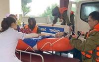 Công an Hà Tĩnh vượt lũ đưa bệnh nhân đi cấp cứu